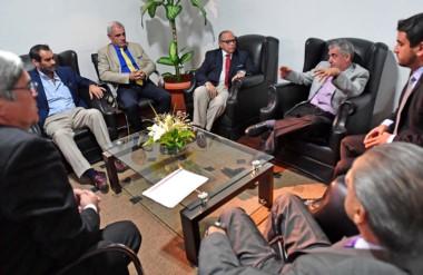 El gobernador recibió en su despacho a los ministro del Superior Tribunal para presentarles la propuesta.