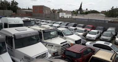 Lo que había tras un largo muro resultó ser un enorme aparcamiento de autos, camiones y camionetas.
