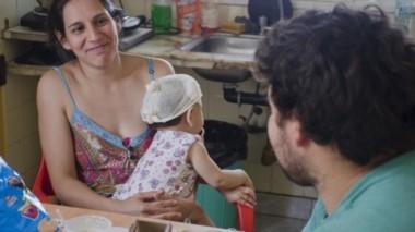 Cecilia y su hija Ambar en el hospital de Neuquén (foto diario Río Negro)