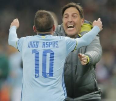 """El abrazo del """"Toto"""" Berizzo con Iago Aspas, autor del segundo gol."""