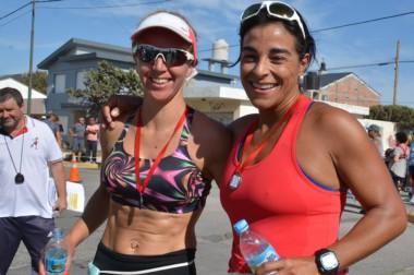María Domínguez (Izq.) se abraza con Paola Piris (Der). La Primera ganó la etapa de ayer. La segunda, el torneo.