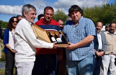 E l gobernador recibió una serie de presentes por parte de los productores agradecidos por el apoyo.