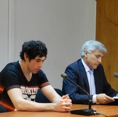 Freddy García junto a su abogado defensor esperando la sentencia.