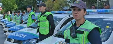 Coches y uniformes. Una postal de los vehículos policiales que se repartirán entre las comisarías trelewenses para fortalecer la prevención de los delitos y bajar la queja de la gente.