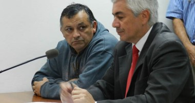 El imputado del crimen, Dante Donnini, junto a su abogado defensor, Gustavo Castro, que pidió su libertad.