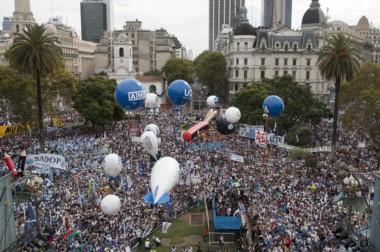 Una multitud proveniente de todo el país copó la Plaza de Mayo en reclamo de una paritaria docente nacional