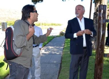 Un militante y el concejal Junyent durante las discusiones post acto
