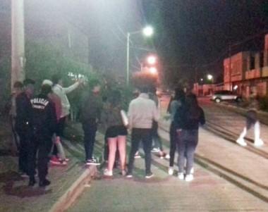 Revuelo. Los menores en la calle al momento de ser identificados por la Policía en Trelew.