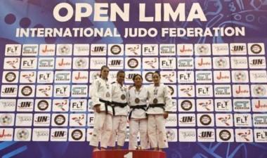 La comodorense Oritia González en el podio, con su medalla de bronce.