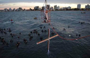 Más de 4 mil personas le dieron marco a la última edición del Vía Crucis Submarino, acompañando la procesión.