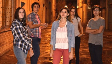 Los jóvenes protagonistas de la miniserie que se estrena el 24 de abril.
