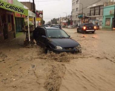Río de barro. Así lucieron las principales calles de Comodoro, intransitables por el temporal.
