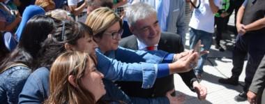 Una selfie. El mandatario se prestó al retrato con algunas de sus seguidoras, que esperaron bajo el sol del mediodía que termine su discurso y salga a saludar a la militancia.