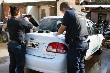 Personal policial realiza diligencias en el taxi secuestrado