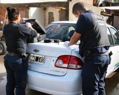 Policía Científica realizó peritajes en el automóvil que conducía el taxista que baleó al pasajero ebrio.
