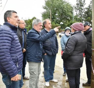 Tapado. Personal municipal trata de descongestionar un pluvial que no soportó un caudal de agua inédito para la ciudad petrolera. (Gentileza: @comodoroMCR)