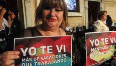 Carteles. Ana Llanos, una diputada de carteles en mano para Macri.