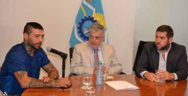 Lucas Matthysse junto al gobernador Mario Das Neves y el presidente de Chubut Deportes Walter Ñonquepán.