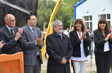 El gobernador junto al intendente Maderna en la inauguración del ciclo escolar en Trelew.