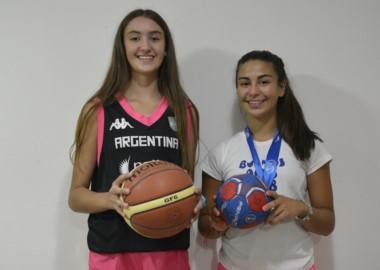 Martina con la de básquet, Agustina con la de handball. Son hermanas y representan a la Selección Argentina.