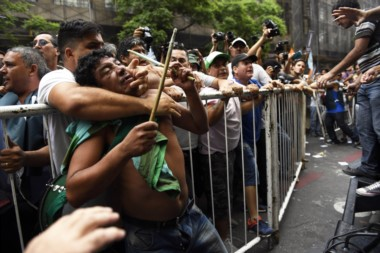 Manifestantes tomaron el escenario de la CGT y exigieron fecha para el paro general.