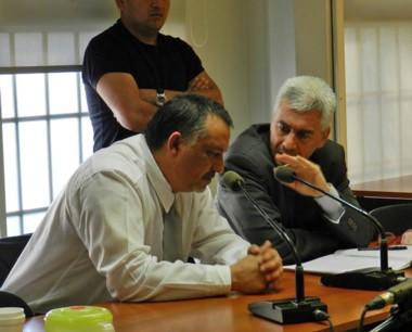 Dante Donnini junto a su abogado defensor a la espera el juicio.