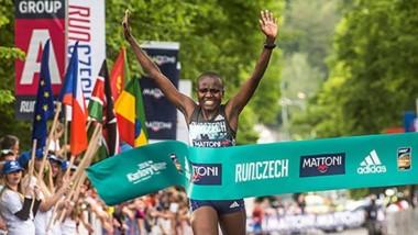 La keniana Jepkosgei marca tres nuevos récords del mundo.