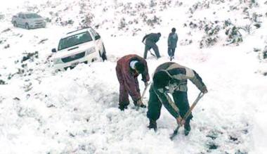 Nieve. Los operarios palean para tratar de despejar el camino.