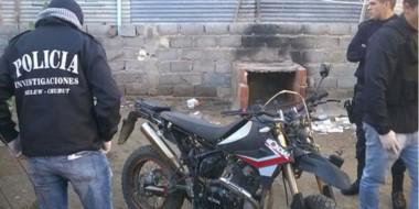 Moto.  En uno de los patios la Policía descubrió más productos del accionar delictivo en Puerto Madryn.