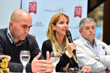 De la conferencia participaron la secretaria de Turismo Mariela Blanco; el subsecretario de Deportes, Diego González y el pte. del Club Náutico Atlántico Sud Fernando Terraza.