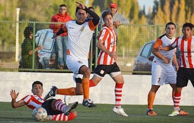 Martín  Cheuquepal, autor del segundo gol de Mar-Che, esquiva la presión de Marcos Rivadeneira. El
