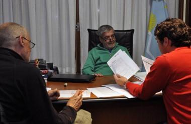 El gobernador evalúa junto al ministro de Educación y Gilardino la situación de las escuelas de Comodoro.