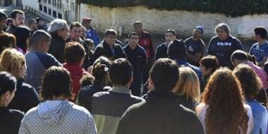 Autoridades políticas y de la Policía del Chubut frente a los vecinos enojados por la inseguridad.