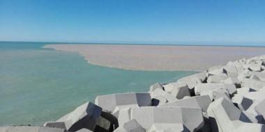 Contrastes. El agua del río Chubut modificó el paisaje  en la desembocadura de Puerto Rawson