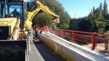 Los trabajos durante esta mañana en el puente Maffia. (Foto Twitter: @CoopTrelew)