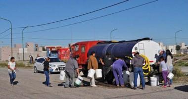 Capitalinos. Los vecinos de Rawson también sufren la crisis hídrica y dependen de los camiones oficiales.