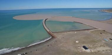 Así llega. Una postal de la desembocadura del río Chubut en Puerto Rawson, donde la turbiedad que viene del dique le da un tono diferente.