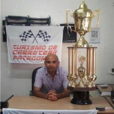 Silvio Díaz, delegado del TCP, presentó la Copa de Oro del TC Patagónico.