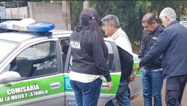 Ubaldo Reynoso es trasladado por la policía tras su detención. El degenerado se hallaba escondido en la casa de otra hija que vive en Bosques. (Gentileza: Cañuelas YA)