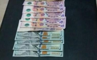 La policía incautó dólares y pesos
