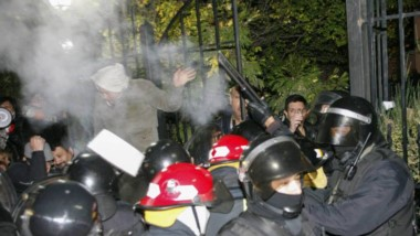 La policía santacruceña reprimió a los manifestantes en la Casa de Gobierno.