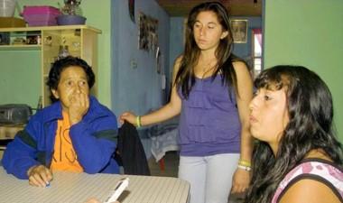 La familia pide noticias de la joven desaparecida.