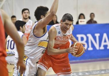 Martín Melo intenta librarse de la marca de Scott Cutley. El extranjero de Atenas marcó 22 puntos en el primer juego y 23 tantos en el segundo.