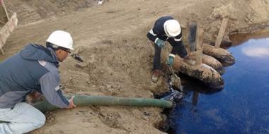 Los operarios de la empresa trabajando en terreno para remediar los derrames de hidrocarburos.