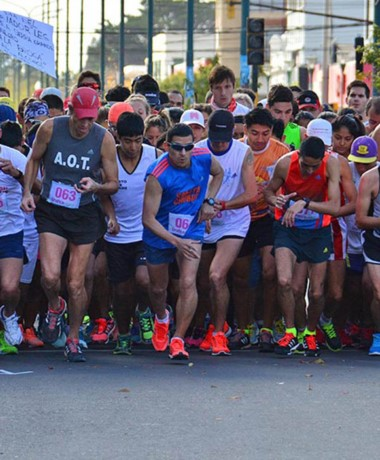 """Los atletas esperan la largada de la Corrida """"Día del Trabajador""""."""