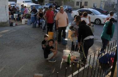 Fila. Una de las postales de la semana que pasó, con los madrynenses buscando agua en donde fuera.