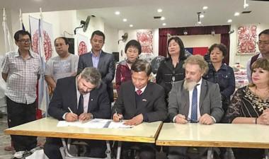 La firma con el embajador. Distintos países se suman con su ayuda.