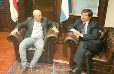Gestiones. El intendente Sastre junto con uno de los diplomáticos asiáticos que quieren más vínculos.