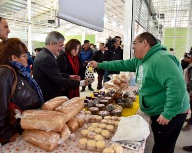 Ofrecimiento. En uno de los stands le ofrecieron al gobernador probar algo de gusto local en el Mercado.