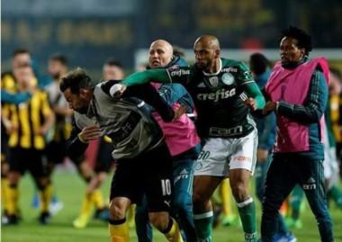 La trompada de Felipe Melo a Mier, en medio del bochorno entre Peñarol y Palmeiras.